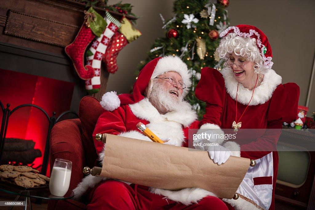Santa Claus et femme travaillant sur été sage ou pas liste : Photo