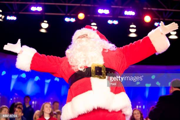 Santa Claus appears at the lighting of the National Christmas Tree at the White House December 4 2008 in Washington DC The tree lighting was the...