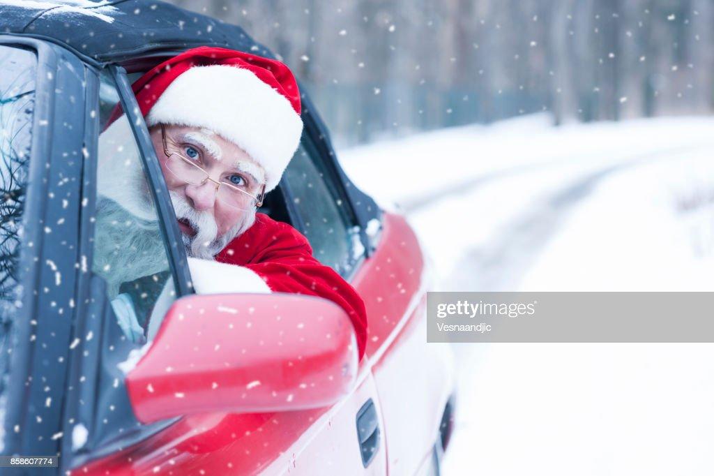 Weihnachtsmann am Auto : Stock-Foto