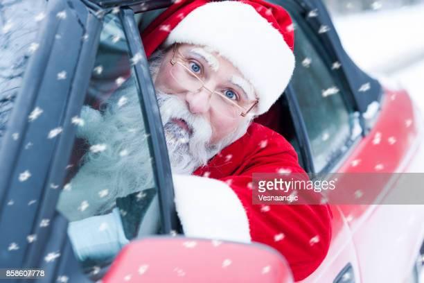 père noël sur la voiture - pere noel voiture photos et images de collection