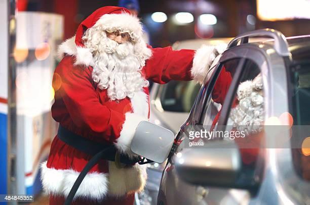 Santa Claus an der Tankstelle.