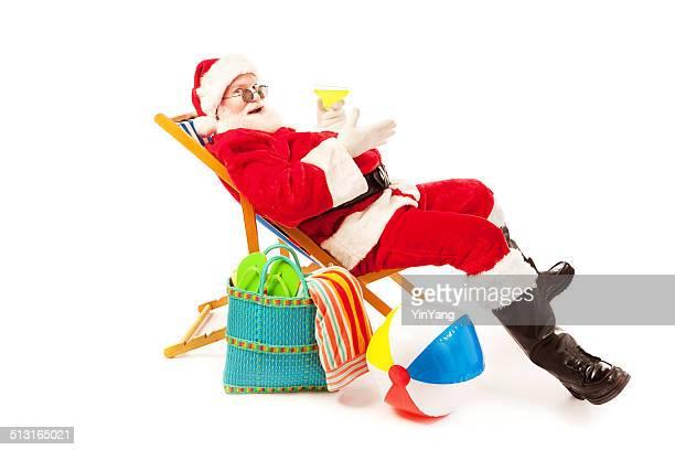 Santa Claus-Strand-Urlaub nach Weihnachtsfeiertage auf Weiß