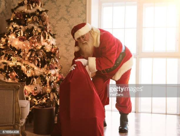 サンタ クロース運ぶギフト バッグ
