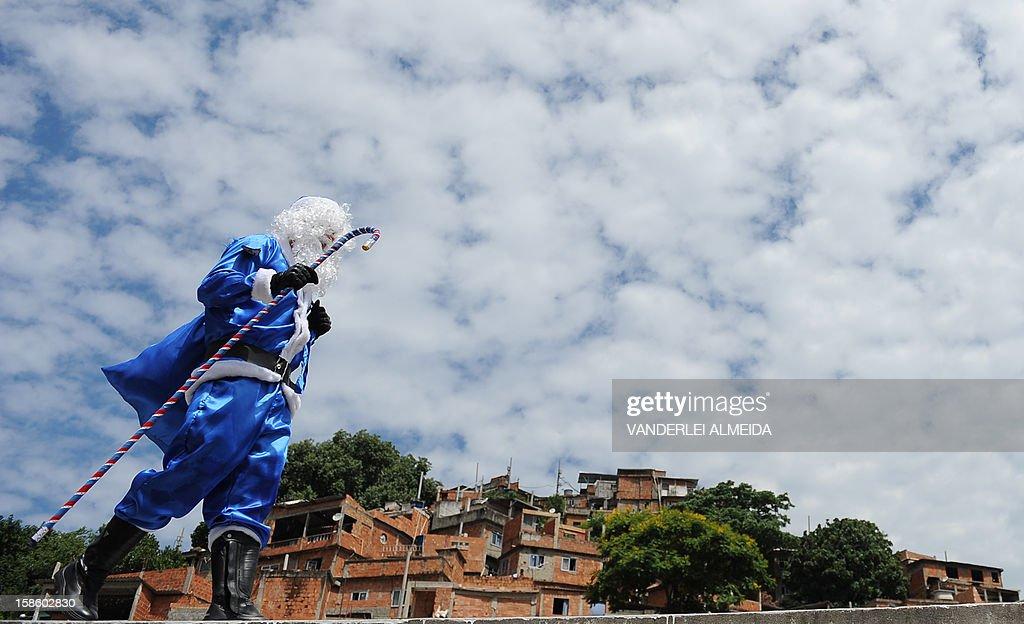 BRAZIL-SHANTYTOWN-POLICE-SANTA CLAUS : News Photo