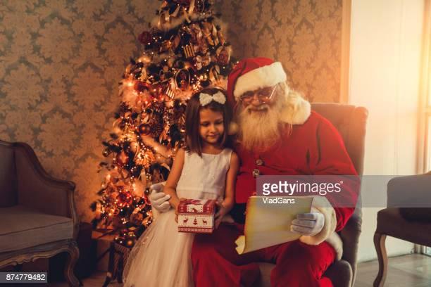 Santa Claus gibt Geschenke