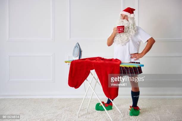santa claus having a coffee break - pere noel humour photos et images de collection