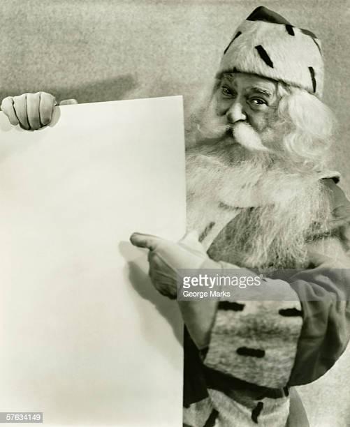 père noël tenant vide feuille de papier (b & w), portrait - noel noir et blanc photos et images de collection