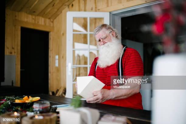 Santa Claus öffnet geschickt Umschläge