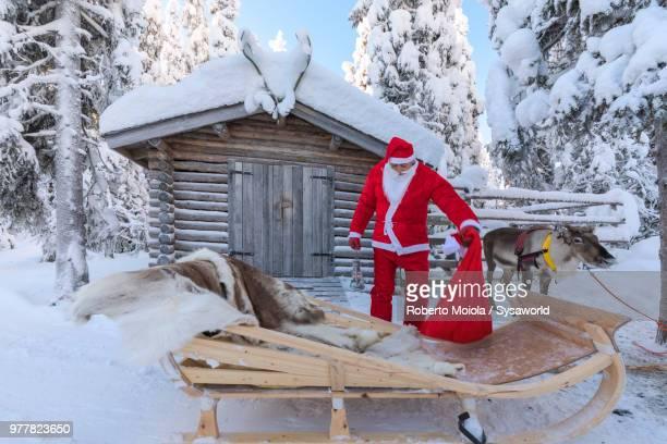 santa claus preparing the sleigh, ruka (kuusamo), northern ostrobothnia region, lapland, finland - コテージ ストックフォトと画像