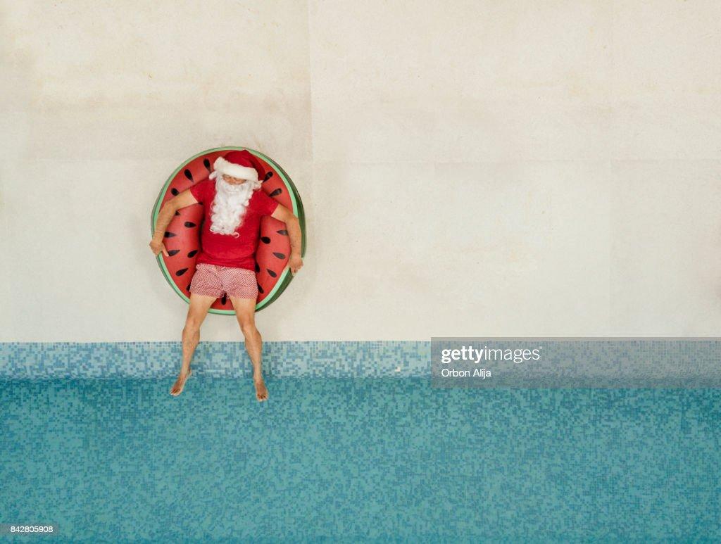 Santa Claus entspannen am pool : Stock-Foto