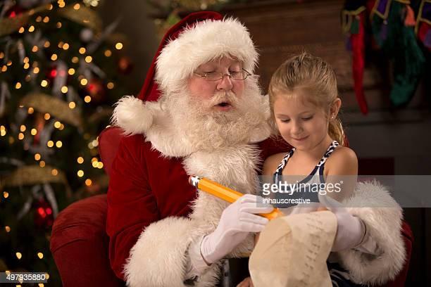Santa natal sentado em casa com uma criança na piscina