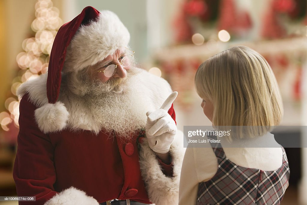 Santa Claus talking to girl (4-5), close-up : Stockfoto