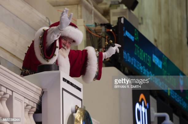 'Santa Claus' waves from the closing bell at the New York Stock Exchange on November 30 2017 in New York / AFP PHOTO / Bryan R Smith