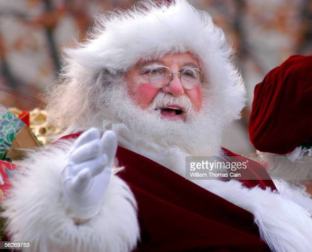Santa Claus waves to the crowds during Philadelphia's 86th Annual Thanksgiving Day Parade November 24, 2005 in Philadelphia, Pennsylvania. The...