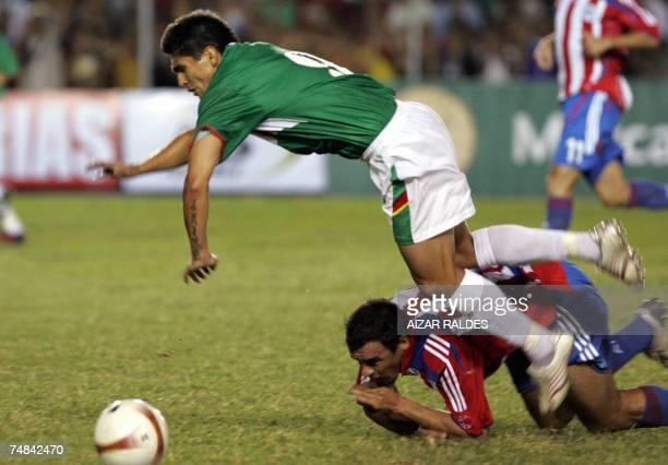 Carlos Bonet de Paraguay comete falta a Jaime Moreno de Bolivia durante un partido amistoso entre ambas selecciones el 20 de junio de 2007 en el...
