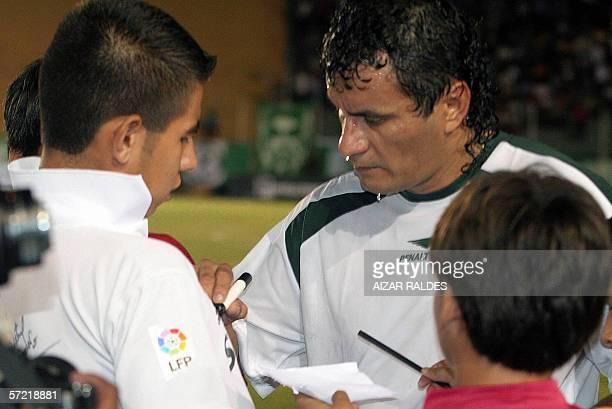 El jugador boliviano Marco Antonio Echeverry firma autografos finalizado el partido de su despedida del futbol el 30 de marzo de 2006 en el estadio...