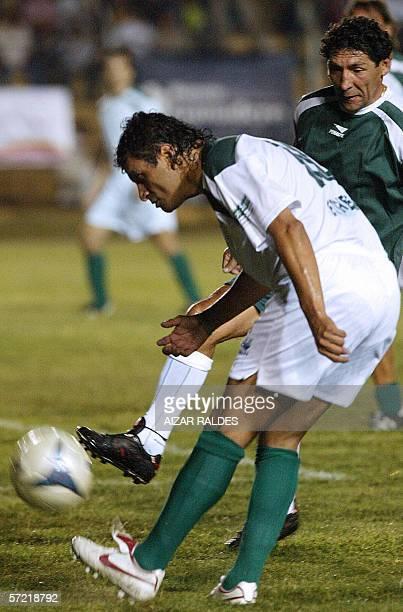 El jugador boliviano Marco Antonio Echeverry patea la pelota ante la marca de Carlos Fernando Borja durante el partido de su despedida del futbol el...
