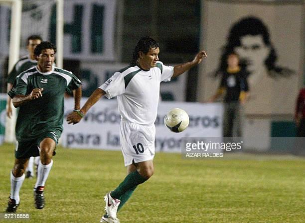 El jugador boliviano Marco Antonio Echeverry se lleva el balon ante la marca de Carlos Fernando Borja durante el partido de su despedida del futbol...