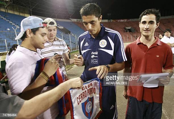 Oscar Cardozo firma autografos durante un reconocimiento del campo de juego de la seleccion paraguaya de futbol el 19 de junio de 2007 en el estadio...