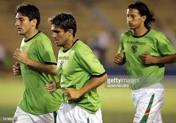Ronald Raldes Jaime Moreno y Juan Manuel Pena trotan durante una practica de la seleccion boliviana de futbol el 19 de junio de 2007 en el estadio...