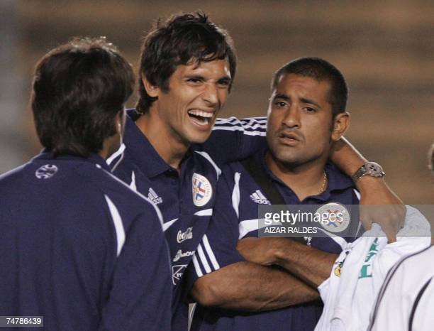 Roque Santa Cruz y Paulo Da Silva durante el reconocimiento del campo de juego de la seleccion paraguaya de futbol el 19 de junio de 2007 en el...