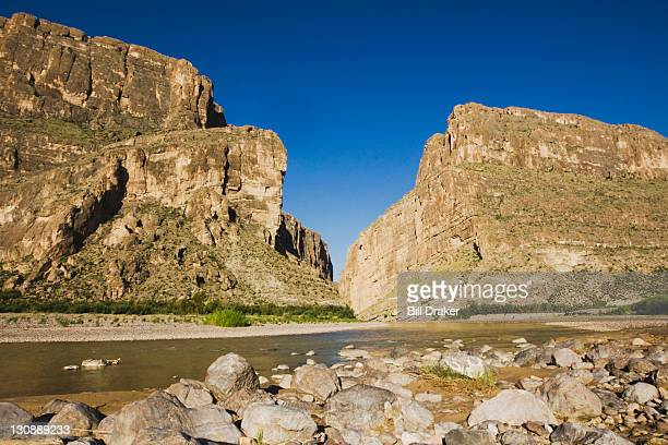 santa elena canyon and rio grande river, chisos mountains, big bend national park, chihuahuan desert, west texas, usa - chisos mountains stock pictures, royalty-free photos & images
