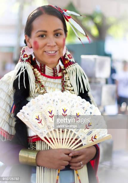 2014 indianermarkt santa fe: modell in native kleid - südwesten stock-fotos und bilder