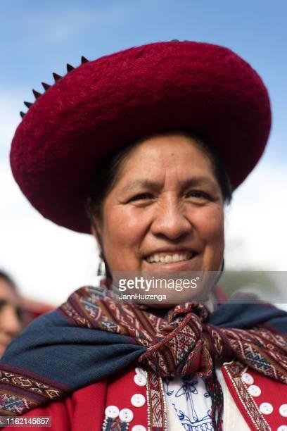 santa fe, nm: artista peruano, vestido tradicional, desfile de arte popular - cultura peruana fotografías e imágenes de stock