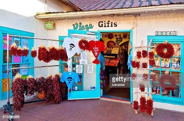 santa fe estilo old town praça comprar com o chile ristras - bairro antigo imagens e fotografias de stock