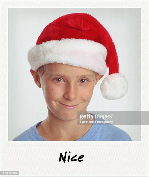santa hat - smiling boy wears santa hat - chapéu de papai noel - fotografias e filmes do acervo