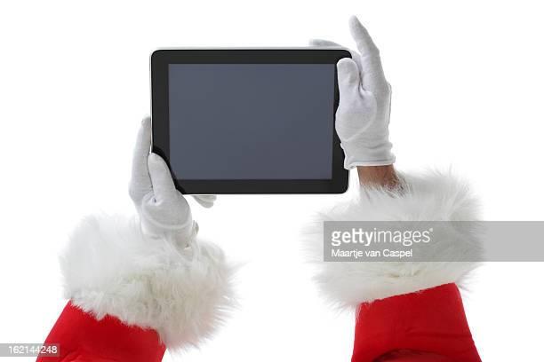 Santa segurando um tablet digital