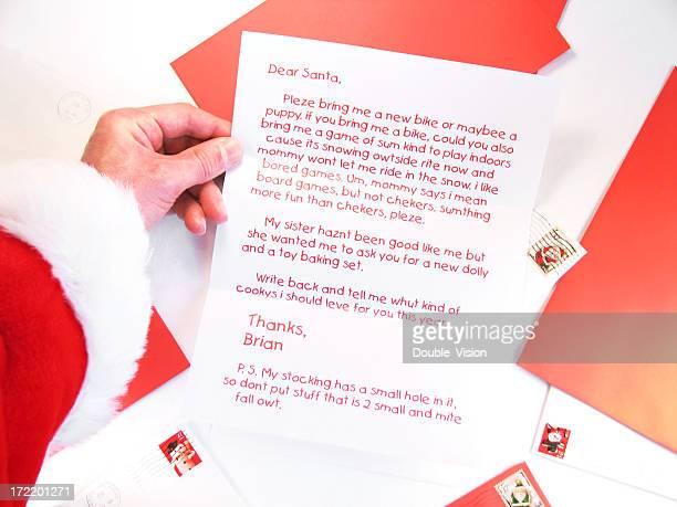 Santa tiene y lee Una Navidad carta de un niño