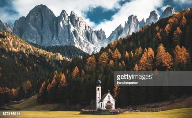 santa maddalena church in val di funes - alto adige imagens e fotografias de stock