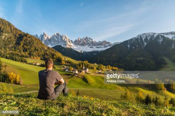santa magdalena in funes, south tyrol, trentino alto adige, italy, europe. - dolomiti foto e immagini stock
