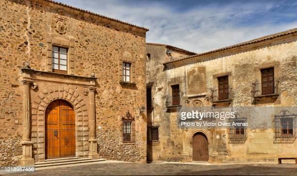 santa maria square in the medieval historic center of caceres - victor ovies fotografías e imágenes de stock