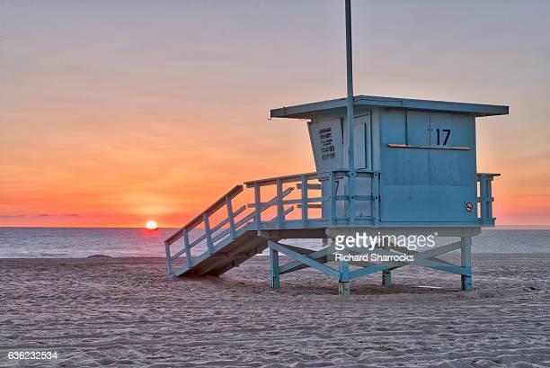 santa monica beach lifeguard hut - strandwächterhaus stock-fotos und bilder