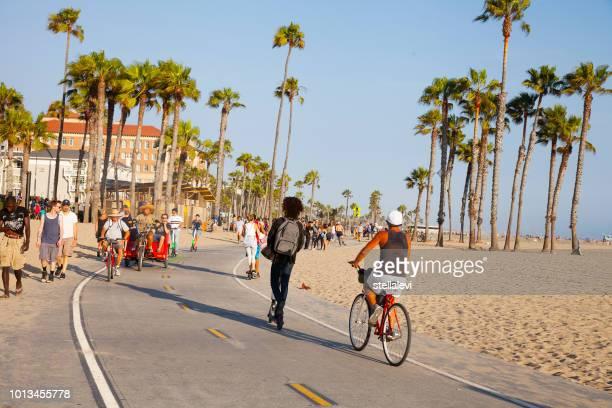 バイクに乗っている人とサンタ モニカー ビーチ - サンタモニカ ストックフォトと画像