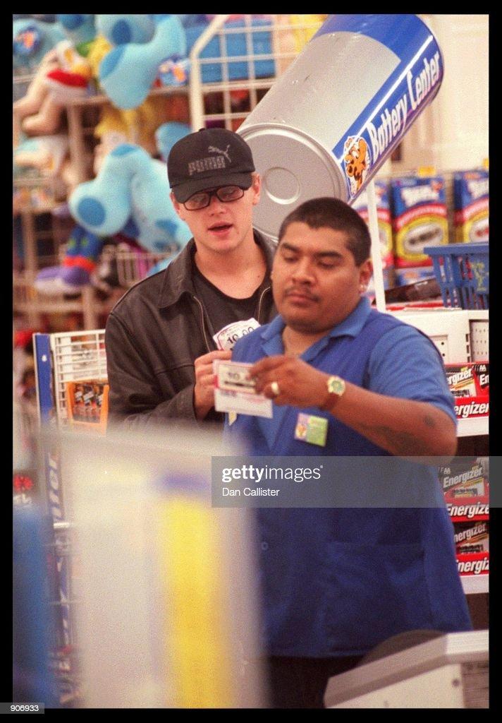 05/03/99. Santa Monica, CA. Leonardo DiCaprio shops for Star Wars Toys at the ''Toys R'' Us'' store  : News Photo