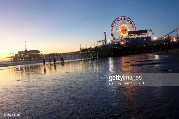 santa monica ferris wheel at sunset - inclinando se - fotografias e filmes do acervo