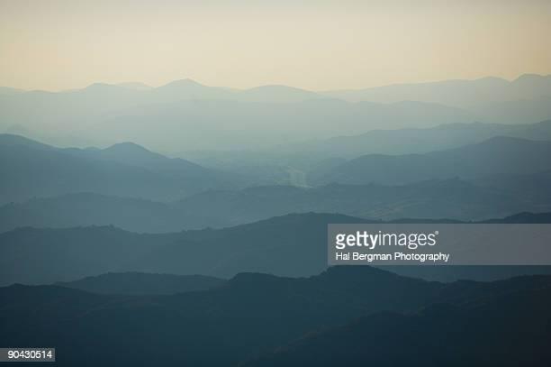 santa monica mountains through the haze - サウザンドオークス ストックフォトと画像