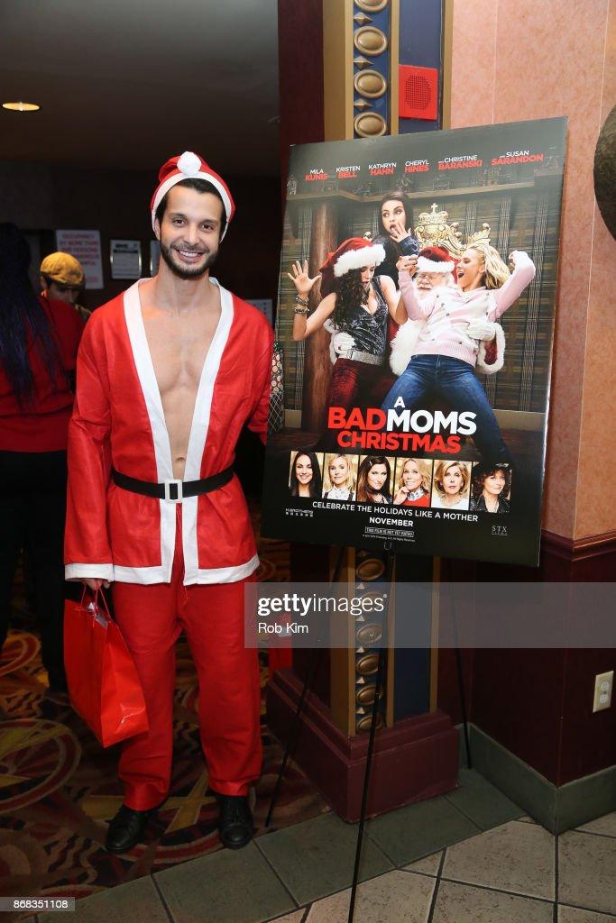 Bad Moms Christmas Poster.Santa Poses For A Photo At A Bad Moms Christmas Screening