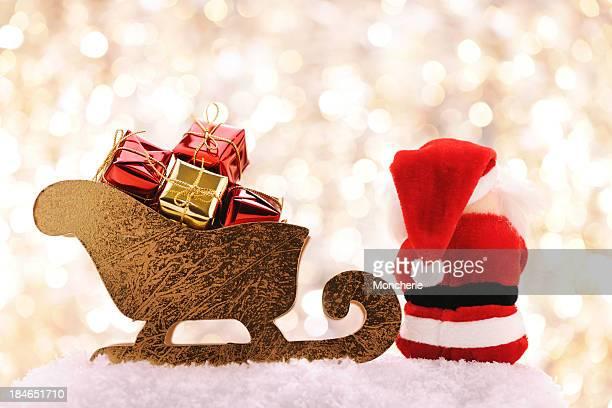 Weihnachtsmann sitzend in der Nähe von Schlitten