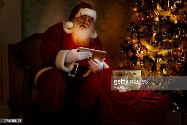 Santa mit digitalen Tabletten