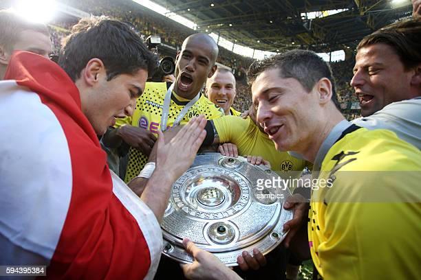 Santana , Robert Lewandowski und Nuri Sahin mit der Meisterschale Deutscher Fussball Meister Borussia Dortmund Fussball 1 Bundesliga Borussia...