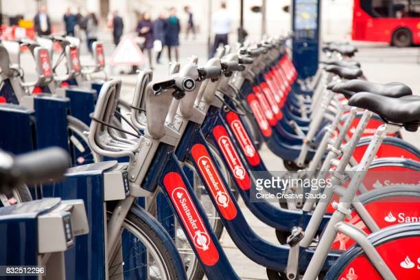 santander rental bikes for hire in london. - barclays cycle hire stock pictures, royalty-free photos & images