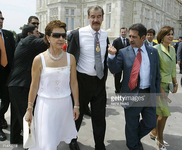 Mexican President Vicente Fox takes off his jacket as he walks around the Magdalena Palace with his wife Marta Sahagun and with President of the...