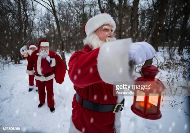 Santa en el bosque de entrega de regalos