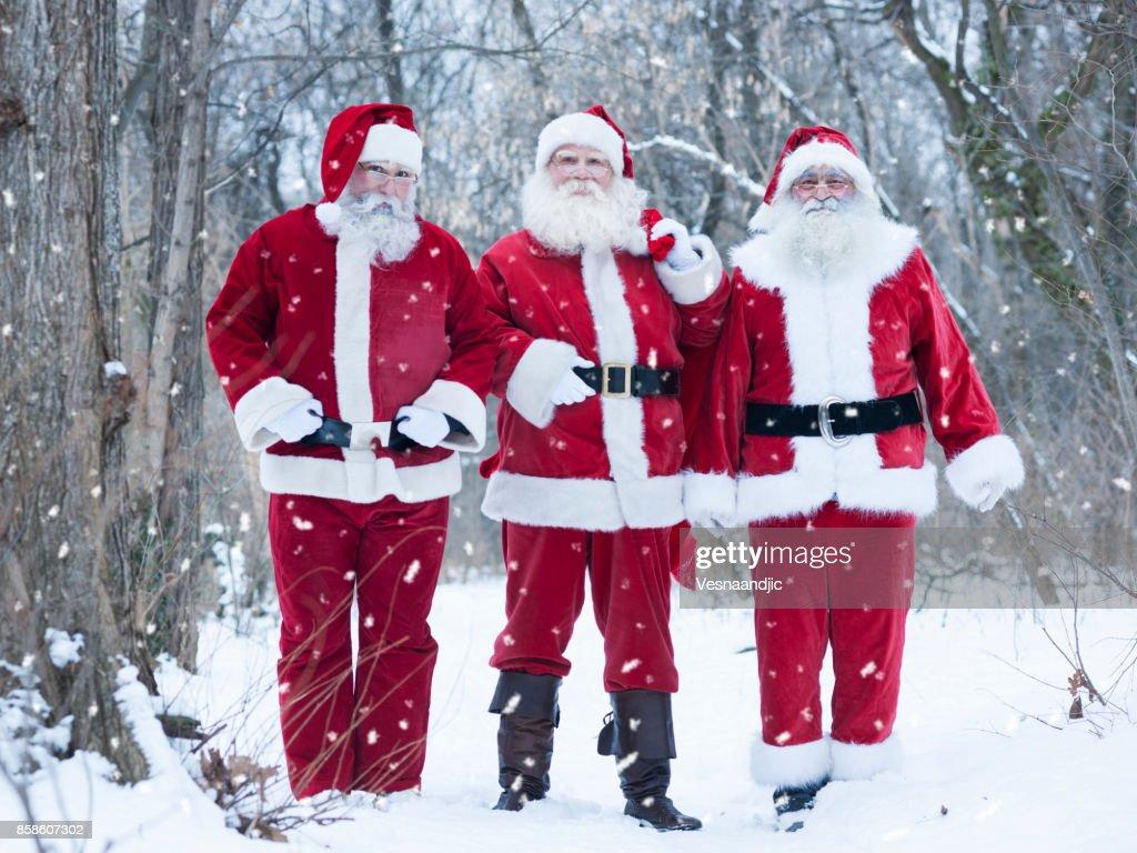 Weihnachtsmann im Wald liefert Geschenke : Stock-Foto