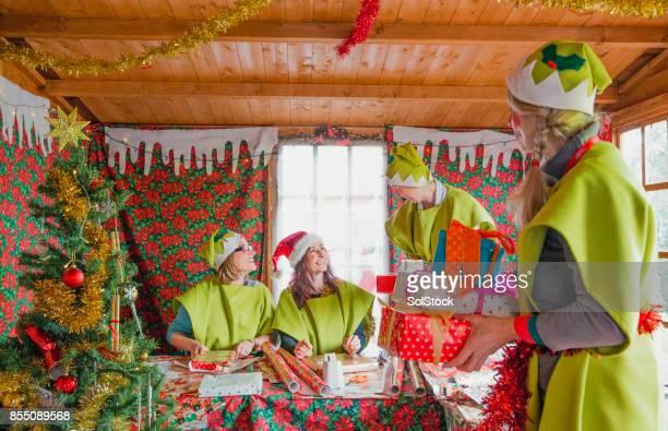 Los elfos de Santa Claus envuelven regalos