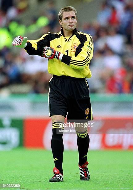 Santiago Canizares Torwart der spanischen Nationalmannschaft zupft sich während der FußballEuropameisterschaft 2000 das Torwarttrikot zurecht